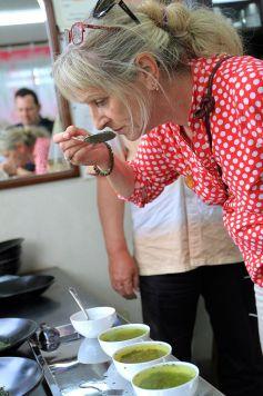 Arlette Rohmer, fondatrice des Jardins de Gaïa, lors d\'une dégustation au Japon