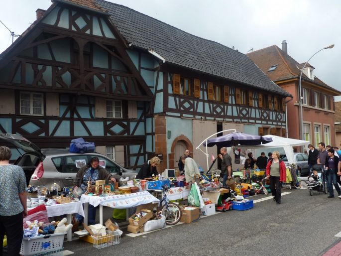Les rues de Mommenheim se transforment en brocante à ciel ouvert, pour le plus grands bonheurs des chineurs
