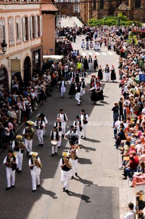 Les rues de Wissembourg sont envahies de costumes traditionnels et folkloriques pendant les Fêtes de la Pentecôte