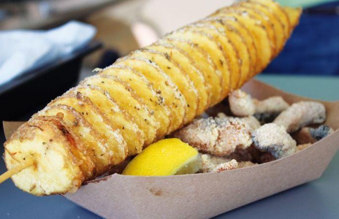 Voilà de la carpe frite avec des pommes de terre