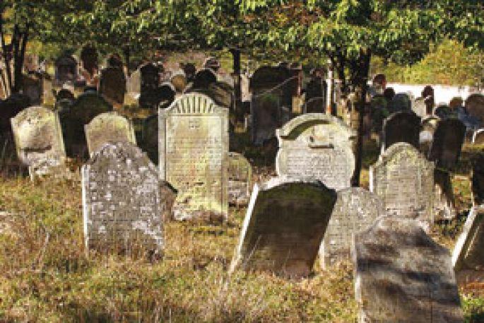 Les tombes du cimetière israélite couvrent plusieurs siècles d\'histoire.