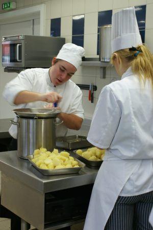 Dans les cuisines du lycée, les élèves sont mis en situation