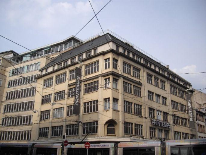 Le grand magasin Printemps à Strasbourg se trouve au croisement des plus importantes lignes de Tram.