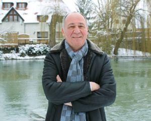 Marc Haeberlin prend la pose, dans les jardins enneigés de l\'Auberge de l\'Ill à Illhausern