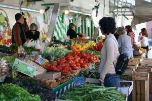 Le marché est un lieu convivial pour faire ses courses notamment en produits frais