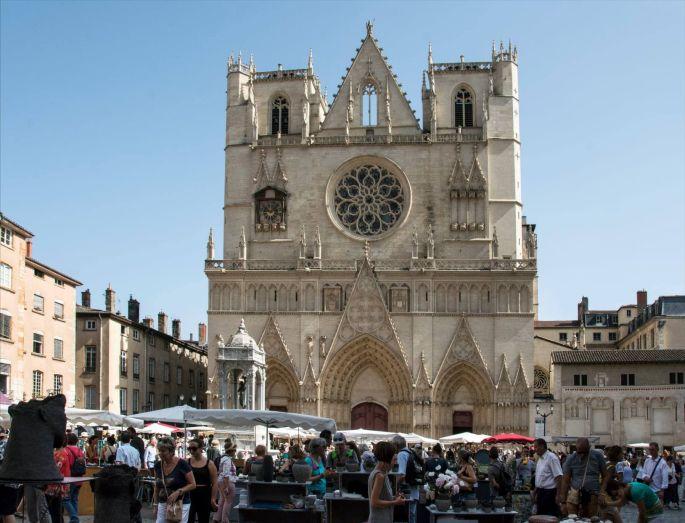 Le marché des Tupiniers de Lyon accueille 140 potiers et beaucoup de public sur la place Saint-Jean