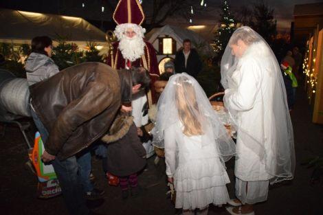 Les enfants rencontrent avec bonheur le Saint Nicolas à Bilwisheim