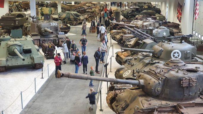Le hall d\'exposition de véhicules de guerre