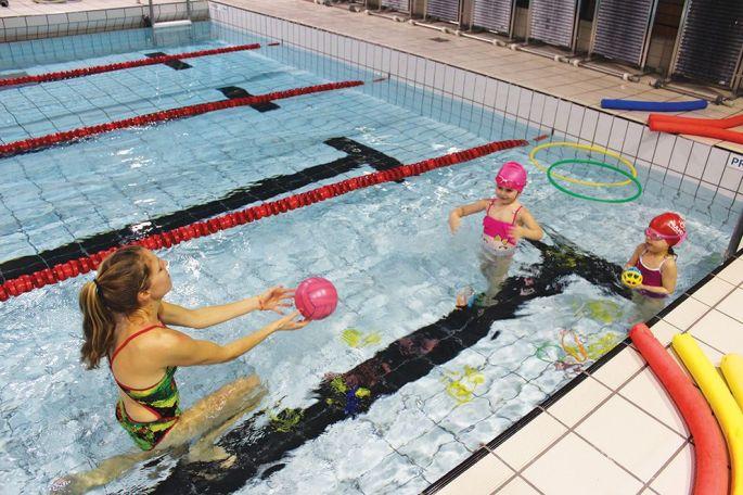 À 4 ans, les enfants apprennent la nage par l\'intermédiaire de jeux et d\'exercices ludiques