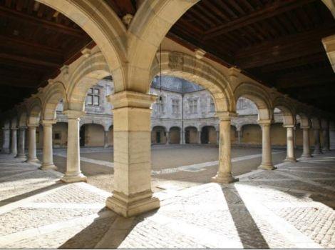 La cour du Palais Granvelle qui abrite le Musée du Temps