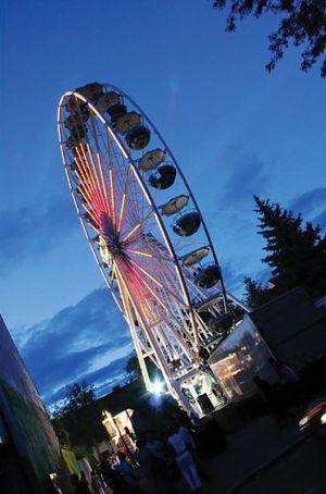 Une grande roue est installée lors de la Nepomukfest