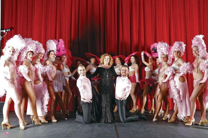 La troupe du New Club avec Liliane Taglang au centre, ses deux danseurs et ses nombreuses danseuses