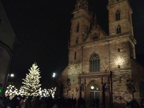 La Münsterplatz et son église aux couleurs du Marché de Noël de Bâle