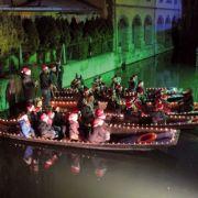 Noël 2018 à Colmar : Les enfants chantent Noël sur les barques de la Lauch