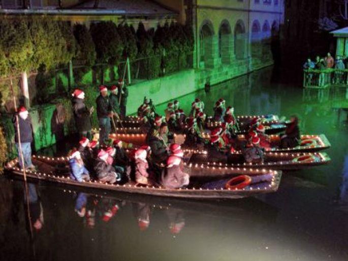 Noël 2014 à Colmar : Les enfants chantent Noël sur les barques