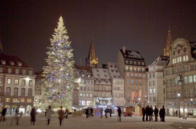 Le Sapin de Noël de Strasbourg se dresse chaque année de la place Kléber pendant le marché de Noël