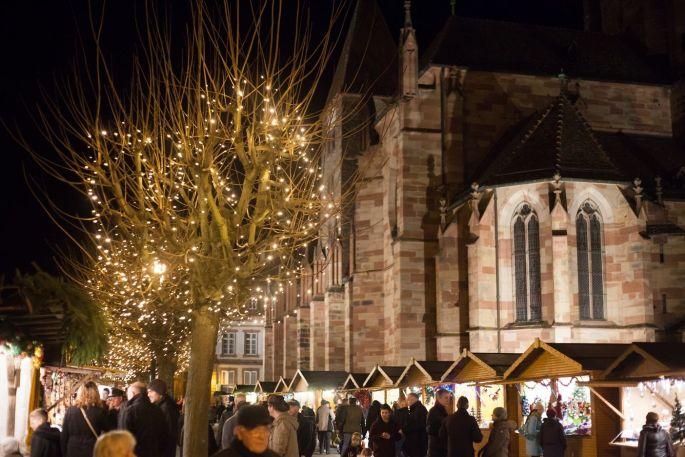 Le marché de Noël de Wissembourg est dominé par l\'Abbatiale