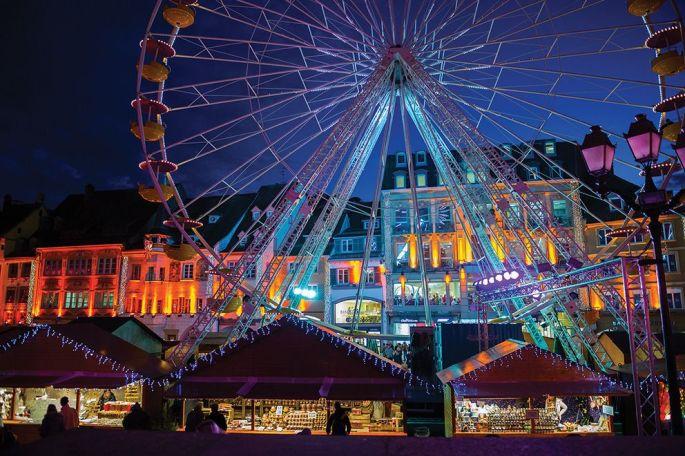 Le marché de Noël de Mulhouse se distingue par la présence d\'une grande roue