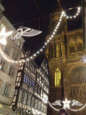 La fameuse rue Mercière, décorée pour Noël avec ses beaux anges face à la Cathédrale de Strasbourg