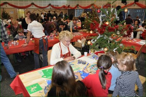 Noël autrement à Landser c\'est des ateliers bricolage pour réaliser soi même ses décorations de Noël, comme ici avec l\'atelier pochoirs de Noël