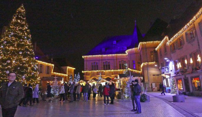 La Place de l\'Eglise à Ensisheim, avec ses habits de lumière pour les fêtes