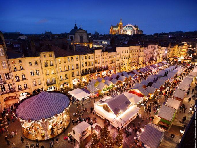 Plusieurs places de Metz sont envahies par les chalets des marchés de Noël!