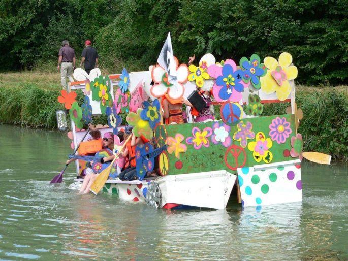 De drôles d\'embarcation sur l\'eau !