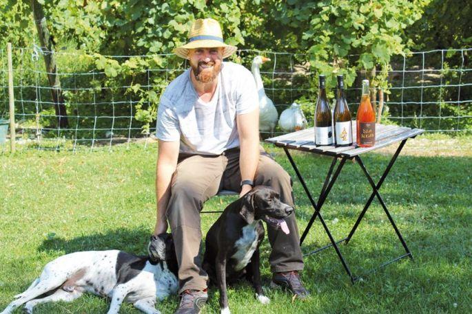 Sébastien Schwach-Burkard, entouré de ses animaux... et aussi de ses trois premières cuvées