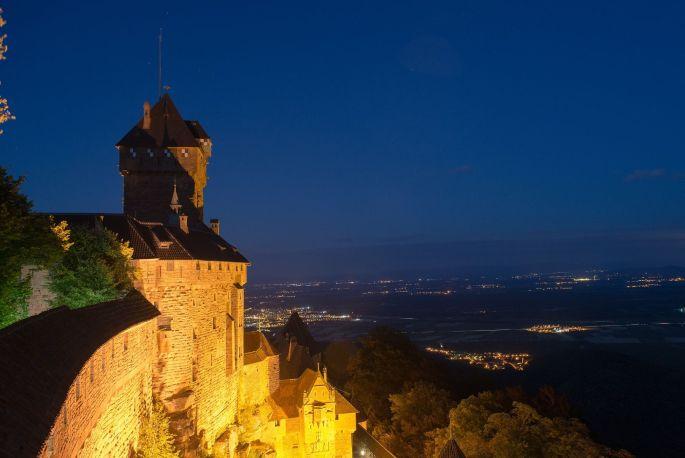 Le Haut Koenigsbourg de nuit, dominant la plaine d\'Alsace