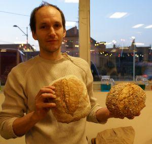 Hazaël Bonhert, boulanger bio, vend ses pains aux Sheds de Kingersheim