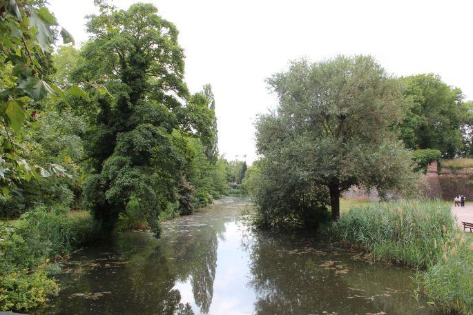 Le bassin des anciennes douves autour de la citadelle
