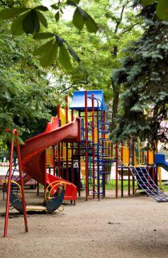 De la verdure, plein de jeux... voilà un lieu qui va rendre heureux enfants et parents !