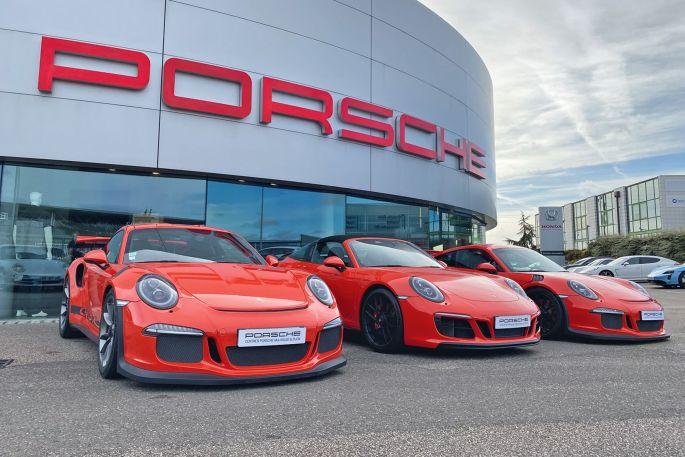 Une Porsche ne passe jamais inaperçue! Alors trois...