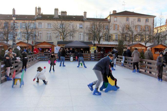 La patinoire du marché de Noël de Lunéville attire les familles!