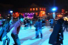 Une patinoire extérieure. Le patin à glace est un sport à la fois complet et agréable.