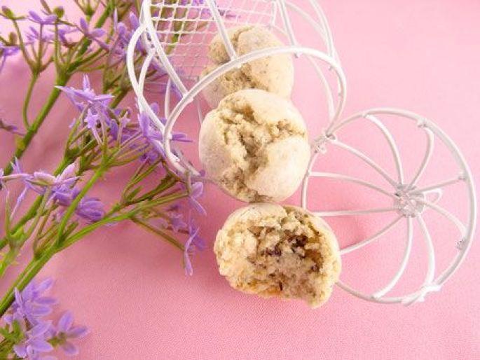 Une pâtisserie à base d\'amandes et de fleurs comestibles