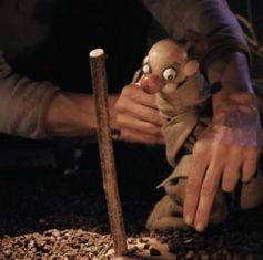 L\'unique personnage du spectacle; une marionnette grande comme la main