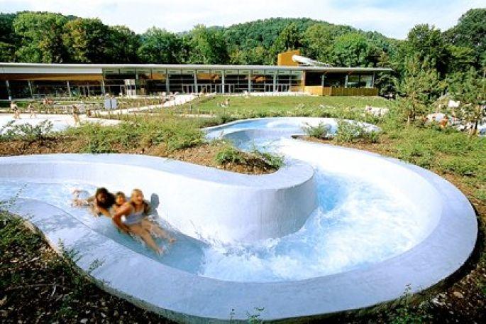 De nombreuses activités ludiques sont proposées pour les enfants, comme ici la descente à la piscine de Munster