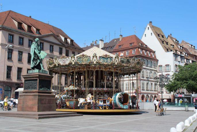 La place Gutenberg et son carrousel à Strasbourg