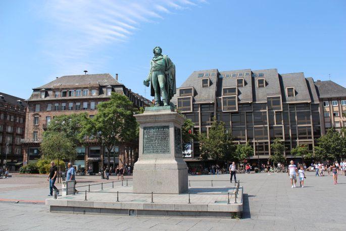 La statue de Kléber et la Maison Rouge