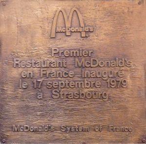 La plaque commémorative du premier Mc Donald\'s de France, à Strasbourg-Halles