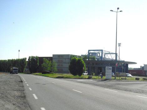 Port de Mulhouse Rhin avec en arrière plan le portique à conteneurs d\'Ottmarsheim