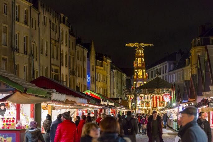 Le marché de Noël de la Place Saint Louis à Metz et la pyramide de Noël au loin