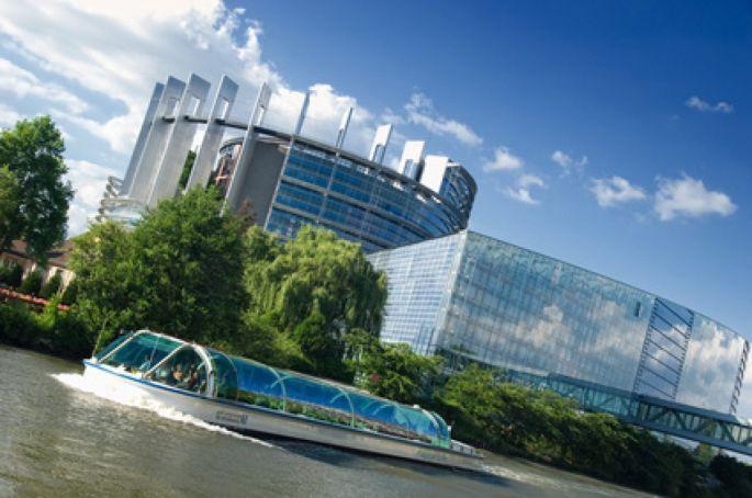 Le calme et charmant quartier européen de Strasbourg est sublimé par l\'architecture du Parlement de l\'Europe.