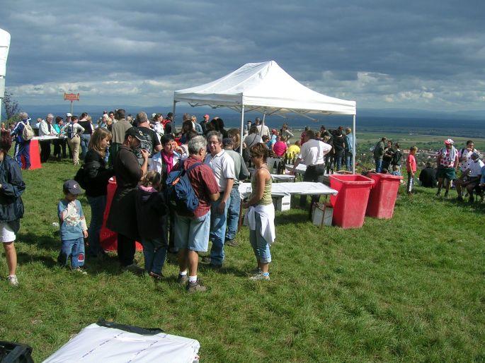 Les marcheurs prêts à découvrir le vignoble barrois pendant la Randonnée gastronomique du Kirchberg