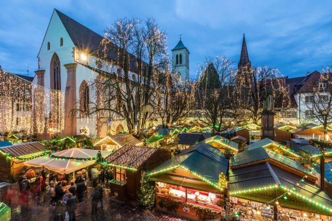 La Rathausplatz, près de l\'église de Fribourg, accueille les chalets du marché de Noël
