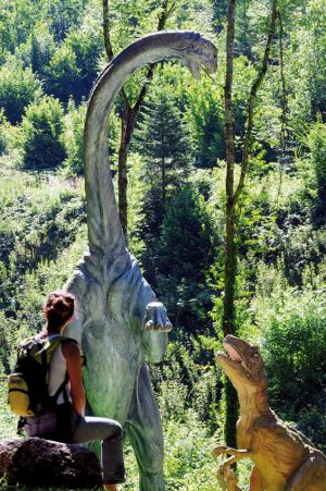 Une centaine de dinosaures peuplent le parc préhistorique du Dino-Zoo