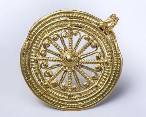Pendentif en forme de rouelle en or, Horbourg-Wihr, fouille 2016, fin du 2e siècle – début du 3e siècle (F. Schneikert © Archéologie)