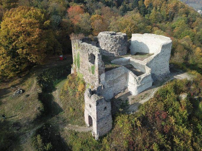 Vue plongeante sur les ruines du Hugstein