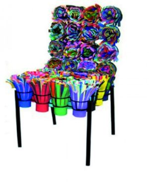 Cette chaise en tissu recyclé est signée par les frères Campana. Depuis leur Brésil natal, Fernando et Humberto se sont fait connaître grâce à des créations éclectiques, pour la plupart issues du recyclage. Un design écologique assurément. www.campanas.co